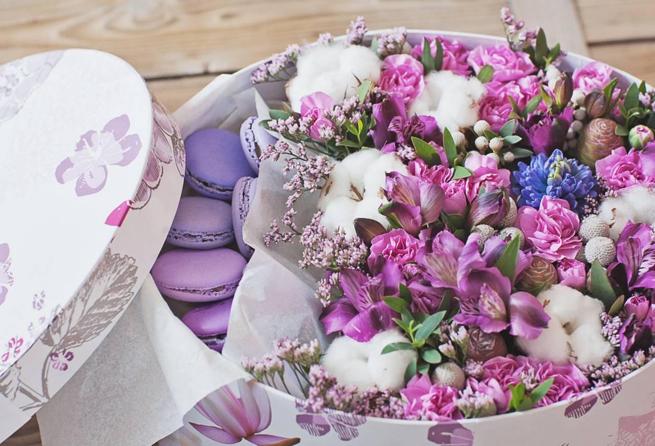 Красивый букет цветов с днем рождения женщине в коробке