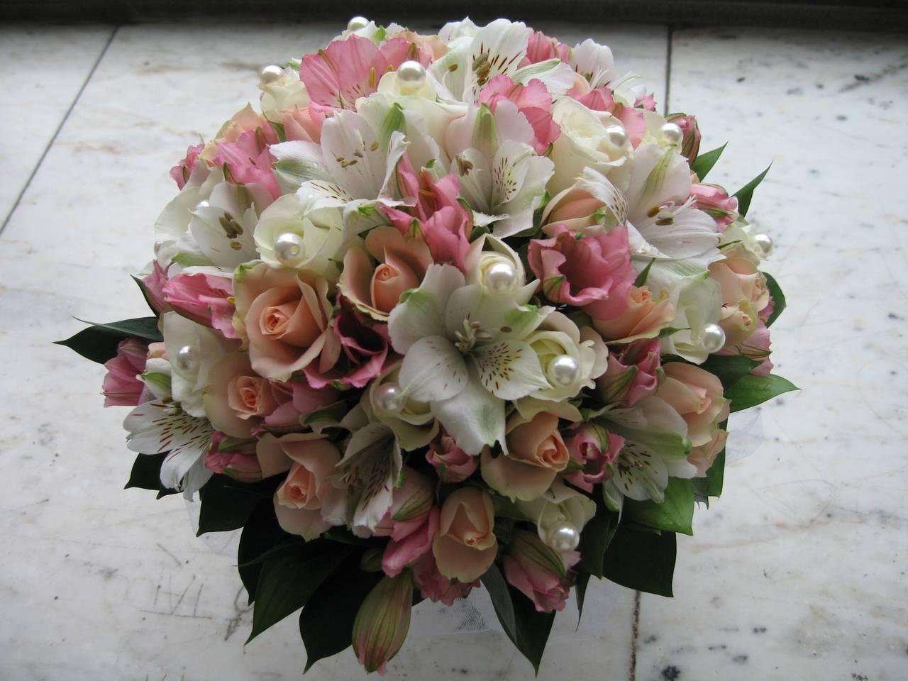 Классический букет невесты из роз и альстромерии, букеты гербер