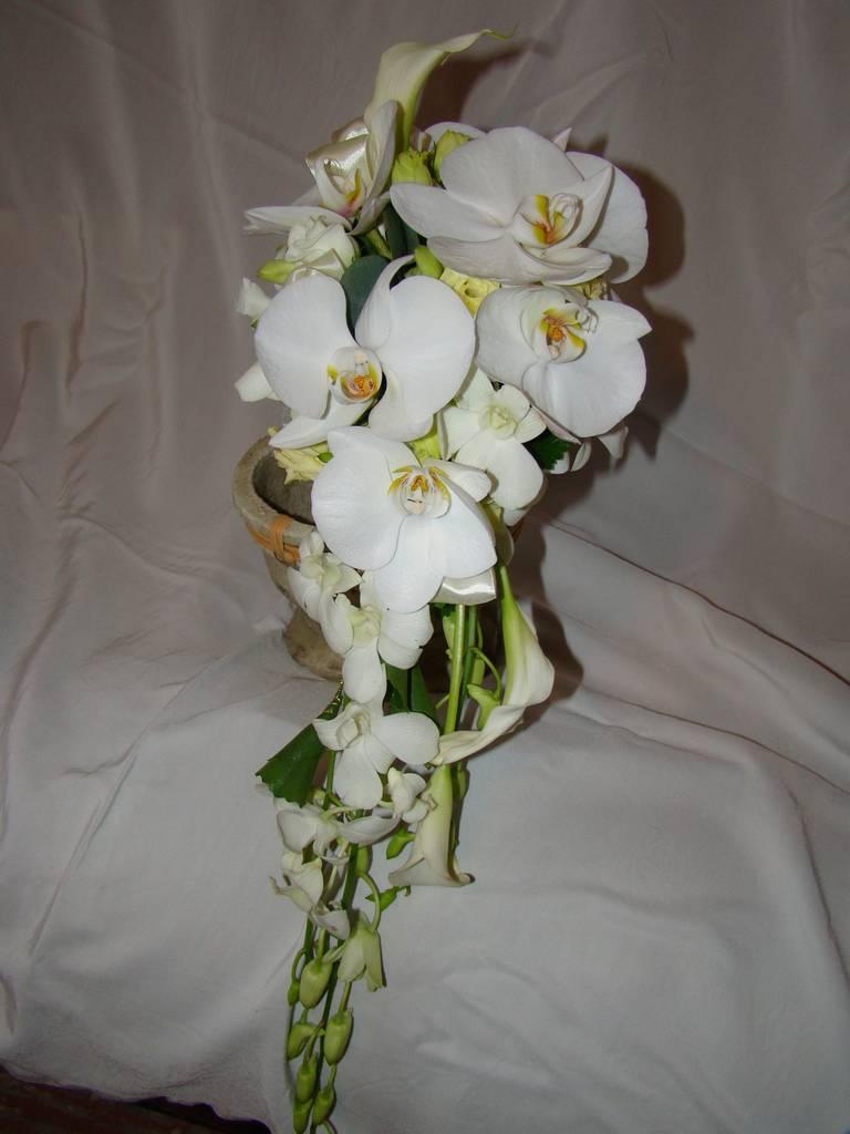 Невесты, свадебные букеты из диких орхидей и калл